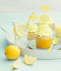 Zitronen Cupcakes mit einer Scheibe Zitrone dekoriert