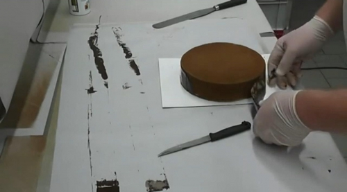 schokoladen abziehfolie an der Torte anbringen
